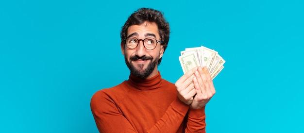 Junger verrückter bärtiger mann verwirrte exssion. dollar-banknoten-konzept