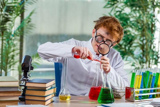 Junger verrückter chemiker, der im labor arbeitet