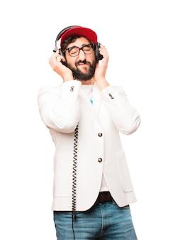 Junger verrückter geschäftsmann mit kopfhörern