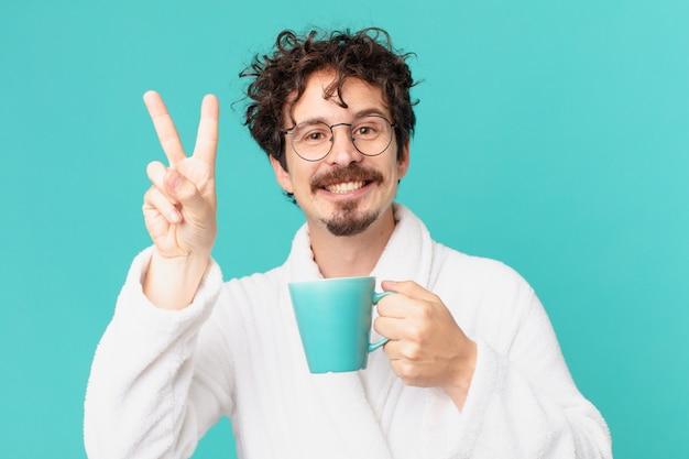 Junger verrückter mann, der einen kaffee trinkt