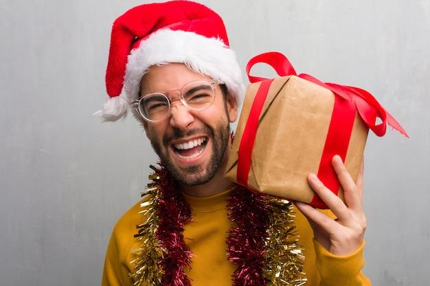 Junger verrückter mann, der weihnachten feiert