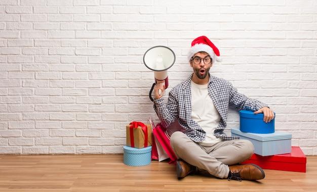 Junger verrückter mann, der weihnachten in seinem haus feiert