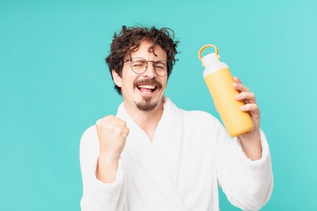 Junger verrückter mann mit einer kaffee-thermo
