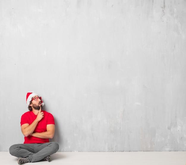Junger verrückter mann voller körper. weihnachtskonzept