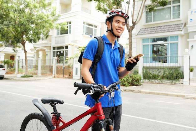 Junger vietnamesischer lieferbote