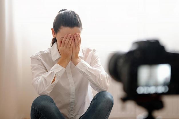 Junger weiblicher blogger mit kamera