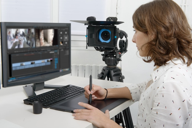 Junger weiblicher designer, der grafiktablette verwendet