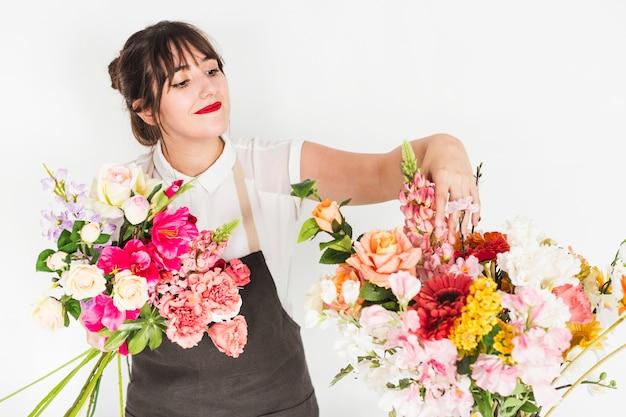 Junger weiblicher florist, der blumen sortiert