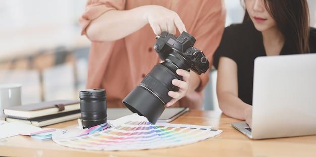Junger weiblicher grafikdesigner, der ihrem mitarbeiter ihre ideen erklärt