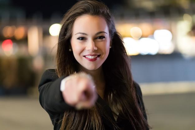 Junger weiblicher manager, der seinen finger auf sie, einstellungskonzept zeigt