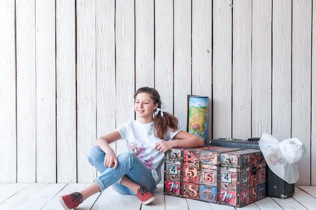 Junger weiblicher reisender oder asiatischer reisender, die um den stadtraum in bangkok schauen