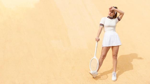 Junger weiblicher tennisspieler mit schläger