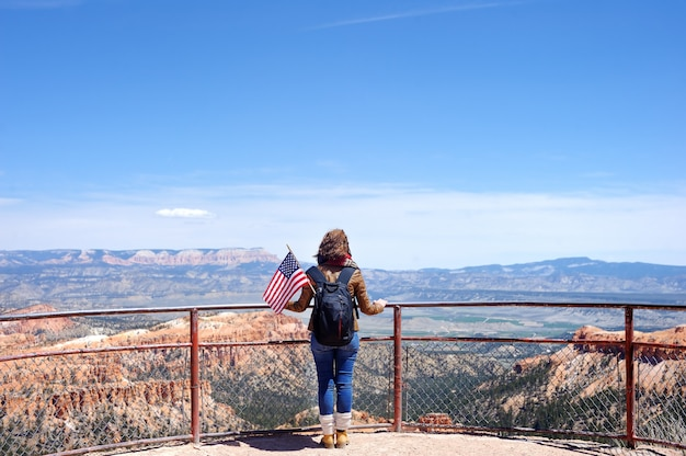 Junger weiblicher tourist in bryce canyon national park, utah, usa