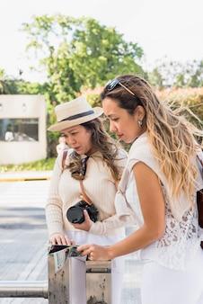 Junger weiblicher tourist zwei, der weg schaut