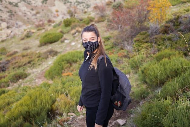 Junger weiblicher wanderer, der auf dem berg während geht