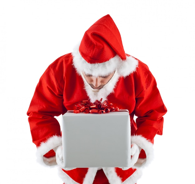 Junger weihnachtsmann mit geschenkbox