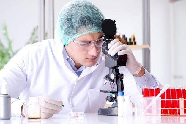 Junger wissenschaftler, der im labor arbeitet