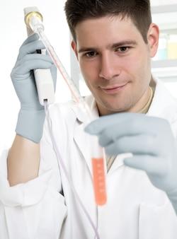 Junger wissenschaftler lädt probe in ein gefäß