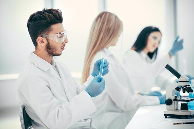 Junger wissenschaftler testet einen impfstoff gegen coronavirus. wissenschaft und gesundheit