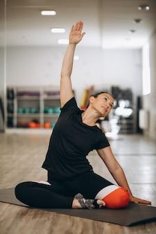 Junger yogalehrer im fitnesscenter