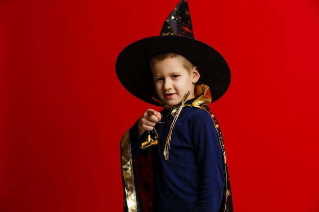 Junger zauberer, der einen trick durchführt