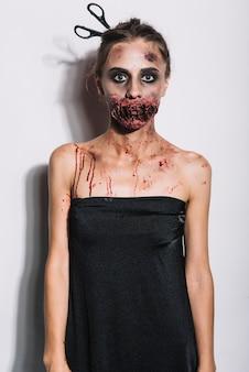 Junger zombie im schwarzen kleid
