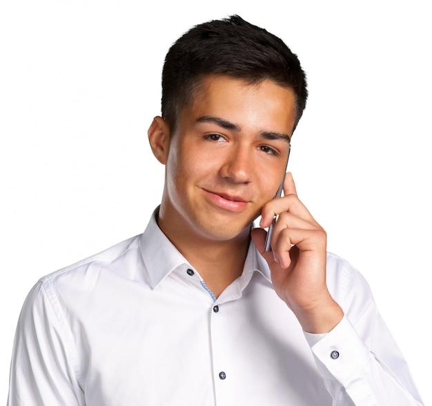 Junger zufälliger glücklicher mann am telefon