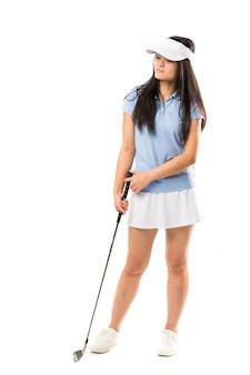 Junges asiatisches golfspielermädchen über lokalisierter weißer wand