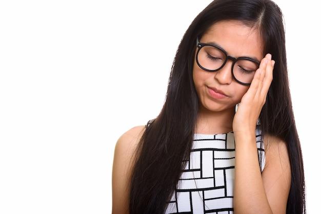 Junges asiatisches jugendliches nerdmädchen, das müde schaut