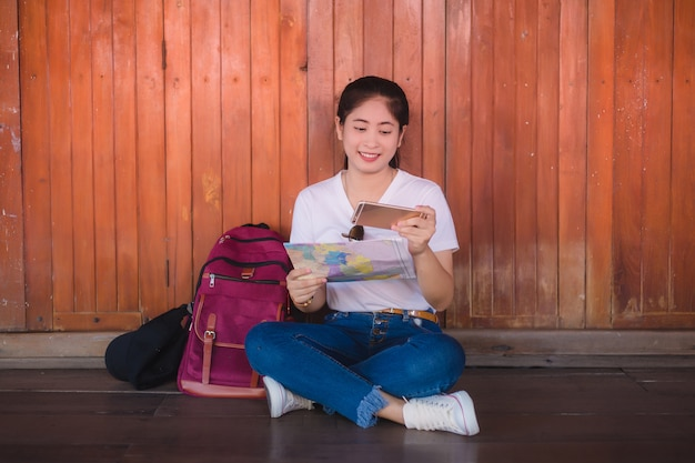 Junges asiatisches mädchen, das an sich hin- und herbewegendem markt dumonoe saduak, thailand geht