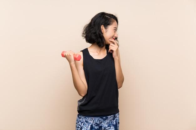 Junges asiatisches mädchen, das gewichtheben bildet