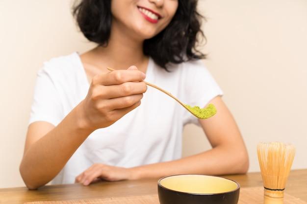 Junges asiatisches mädchen mit tee matcha
