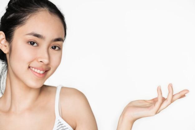 Junges asiatisches mädchenporträt lokalisierte skincare und wohlkonzept