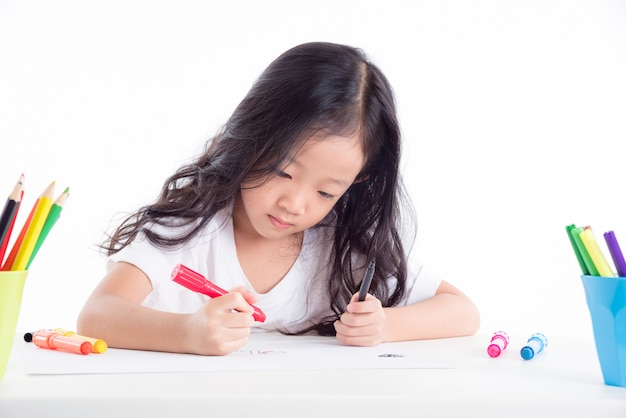 Junges asiatisches mädchenzeichnungsbild über weißem hintergrund