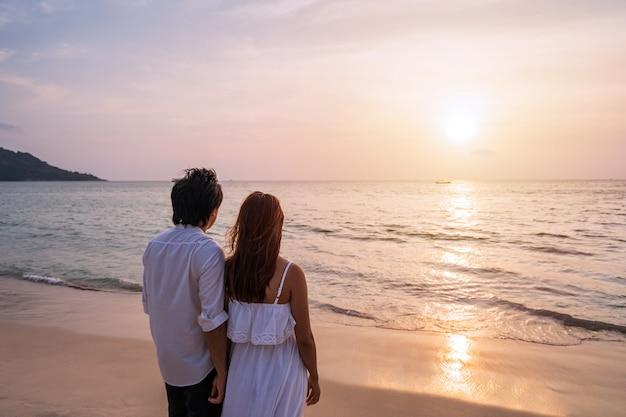 Junges asiatisches paar am strand