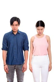 Junges asiatisches paar, das zusammen unten schaut