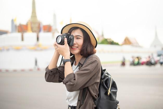 Junges asiatisches reisemädchen genießt mit schönem platz in bangkok, thailand