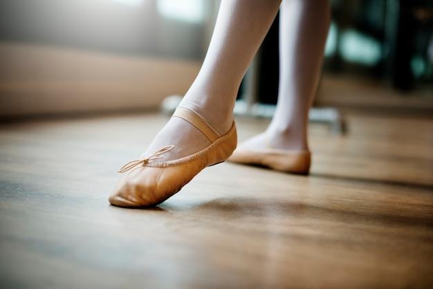 Junges ballerina-tanz-trainings-leistungs-konzept