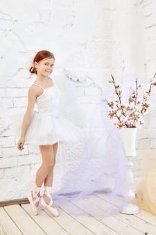 Junges ballerinamädchen bereitet sich für ein ballett vor