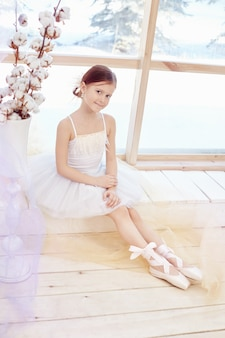 Junges ballerinamädchen, das ballettleistung vorbereitet