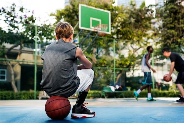 Junges basketballspielertrieb