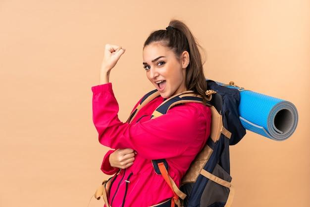 Junges bergsteigermädchen mit einem großen rucksacktouristen