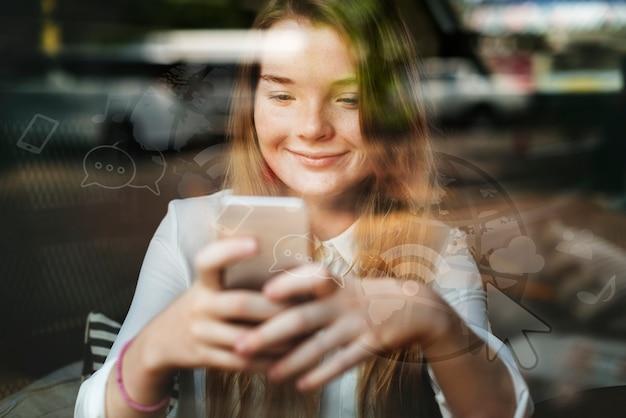 Junges blondes mädchen, das in einem café eine sms sendet