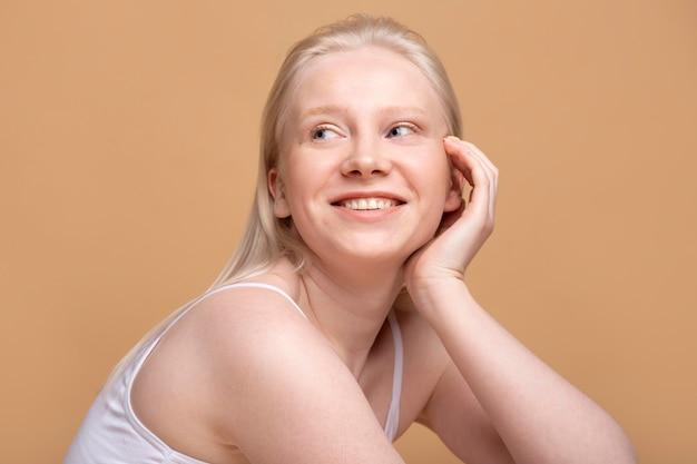 Junges blondes weibliches modellporträt