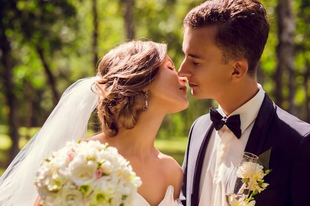 Junges braut- und bräutigamküssen