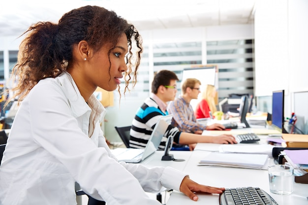 Junges büro der afrikanischen geschäftsfrau mit computer
