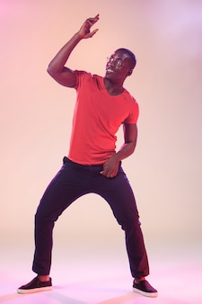 Junges cooles tanzen des schwarzen mannes