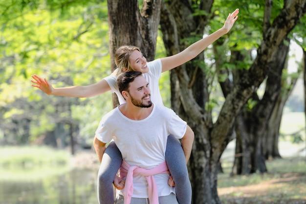 Junges coupé des lebensstils romantisch im park