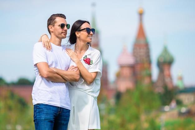 Junges dating-paar in der liebe, die im stadthintergrund st. basils church geht