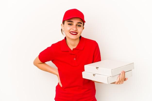 Junges dünnes arabisches pizzabotenmädchen, das sehr wütend und aggressiv schreit.
